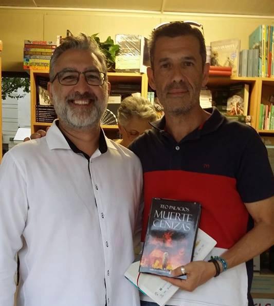 Teo Palacios, escritor y asesor editorial, posando con un alumno